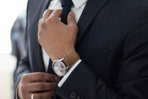 ネクタイを整える人